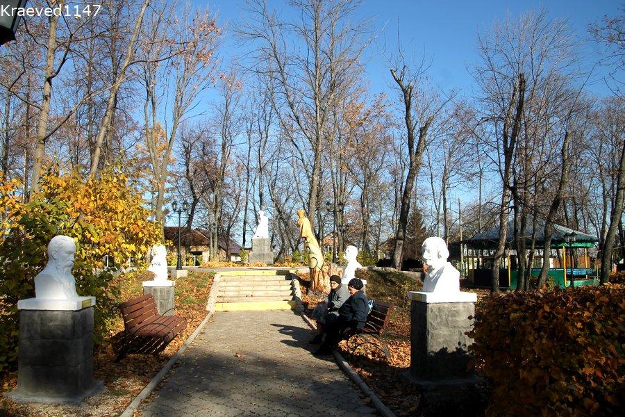 Бюсты литераторов в парке Мичуринска