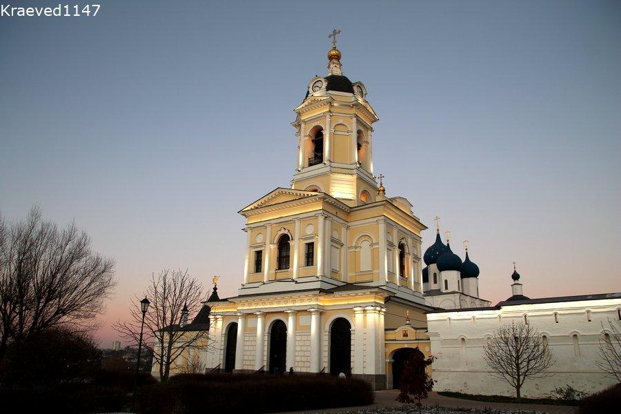 Ворота с надвратной церковью. Высоцкий монастырь.
